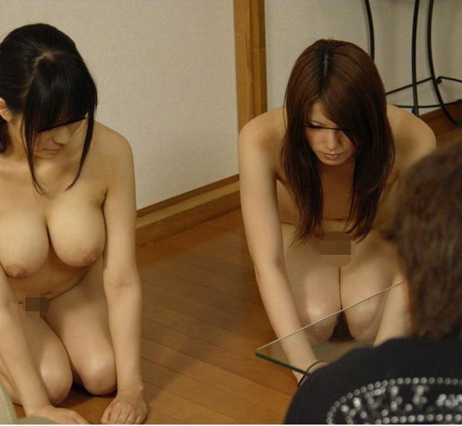 【全裸】浮気バレで土下座させられてる画像がシュールすぎるwwwwwww・11枚目