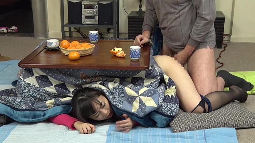 【家庭内エロ画像】コタツから出たくないエロい女が撮影されるwwwww(画像あり)・15枚目