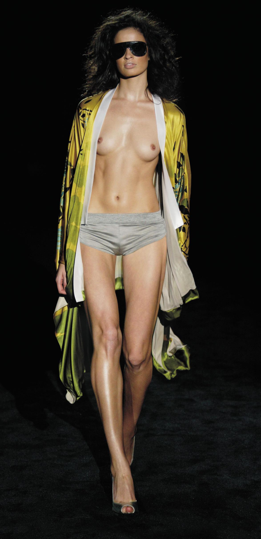 【画像】ファッションショーでおっぱい丸見えになったモデルさん、乳首ビンビンでワロタwwwwww・16枚目