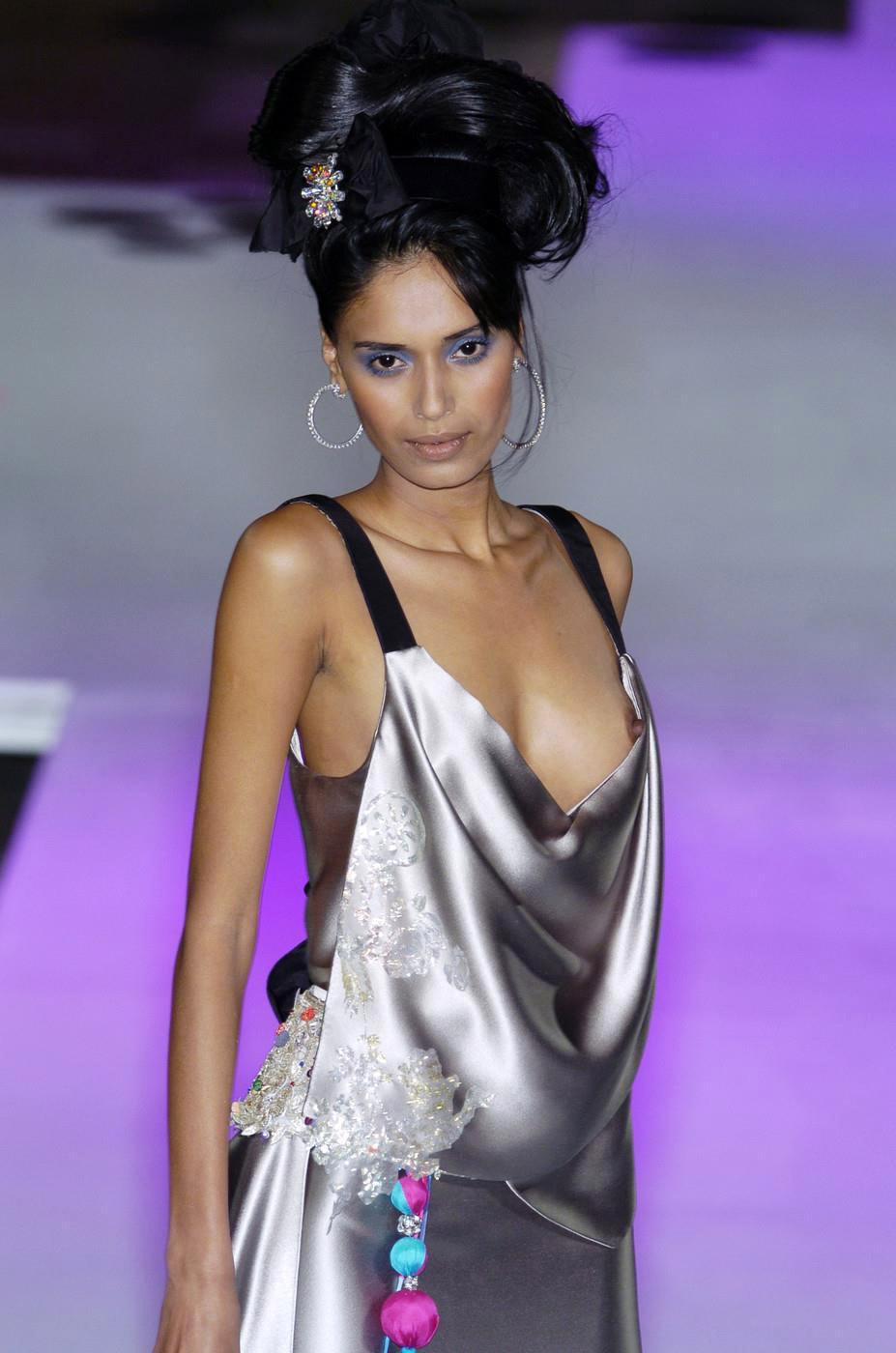 【画像】ファッションショーでおっぱい丸見えになったモデルさん、乳首ビンビンでワロタwwwwww・23枚目