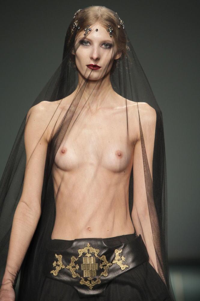 【画像】ファッションショーでおっぱい丸見えになったモデルさん、乳首ビンビンでワロタwwwwww・24枚目