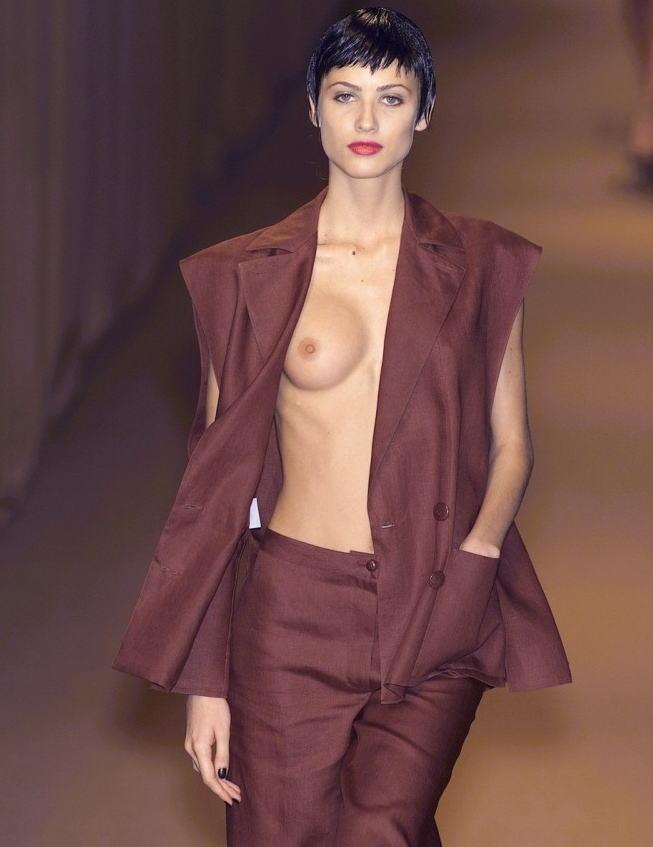 【画像】ファッションショーでおっぱい丸見えになったモデルさん、乳首ビンビンでワロタwwwwww・26枚目