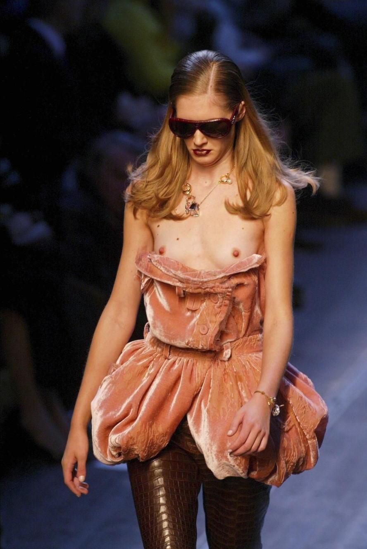 【画像】ファッションショーでおっぱい丸見えになったモデルさん、乳首ビンビンでワロタwwwwww・27枚目