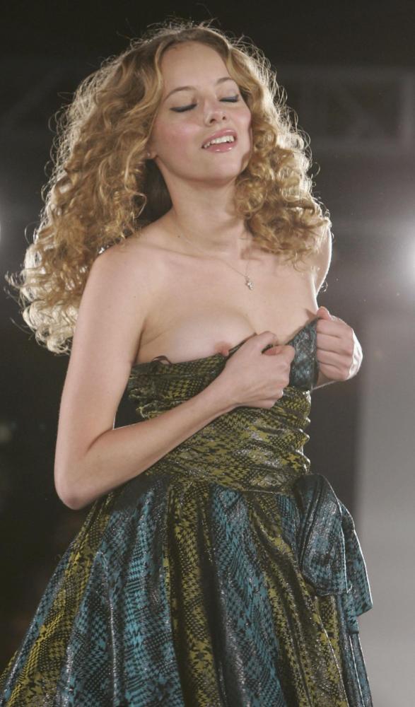 【画像】ファッションショーでおっぱい丸見えになったモデルさん、乳首ビンビンでワロタwwwwww・29枚目