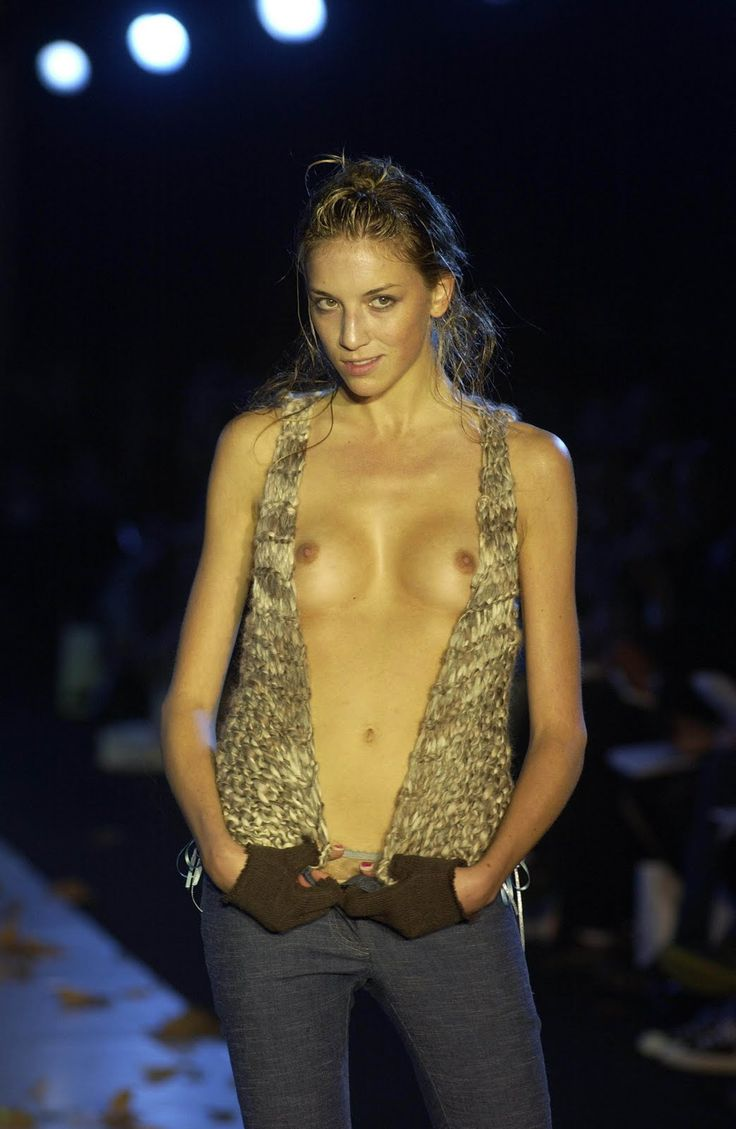 【画像】ファッションショーでおっぱい丸見えになったモデルさん、乳首ビンビンでワロタwwwwww・35枚目
