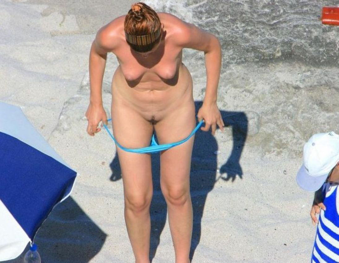 【盗撮】ヌーディストビーチで着替える女を覗き見ると異常に興奮する件(25枚)・24枚目