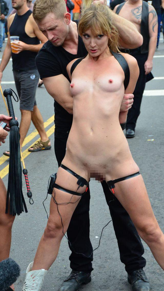 【批判殺到】街中で行われたSMイベントがエロ過ぎる・・・(画像40枚)・19枚目