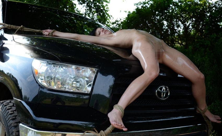 【GIFあり】女を車にくくりつけて暴走するDQNヤバすぎワロタwwwwwwwwww・2枚目