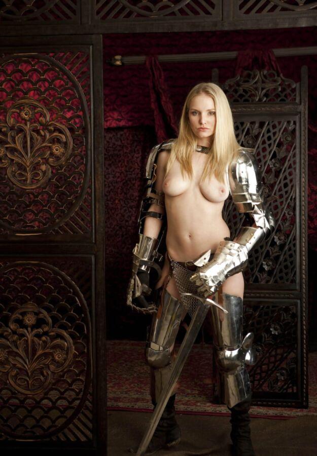 【画像あり】「甲冑ヌード」とかいう甲冑とエロを融合した鎧女をご覧くださいwwwww・8枚目