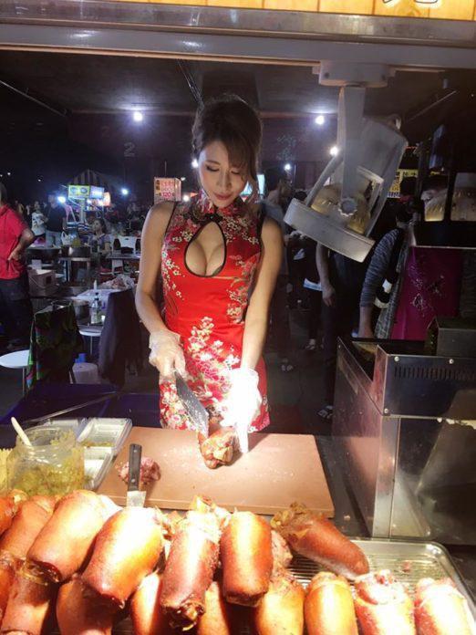 【エロ画像】台湾の屋台店員まんさん、売上のために乳見せすぎ問題wwwwwwwwwwwwww・12枚目