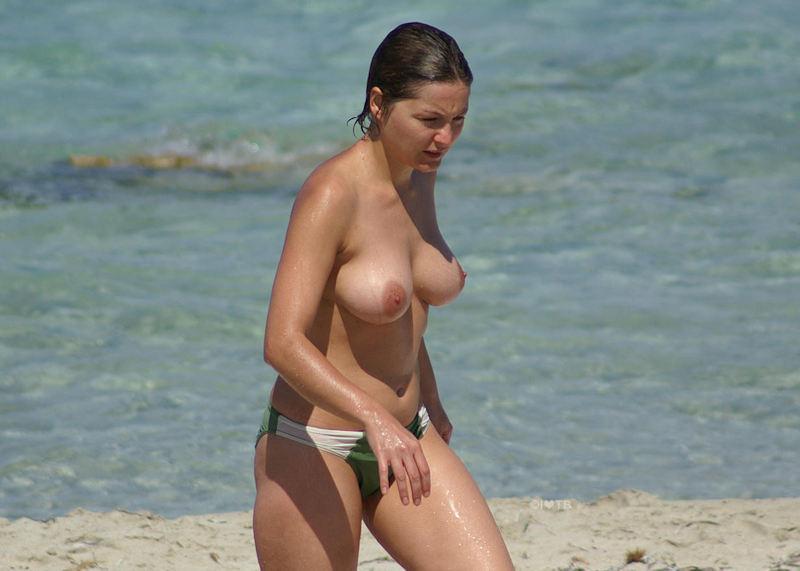 ヌーディストビーチで乳首勃起してる女の子が撮影される。36枚・19枚目