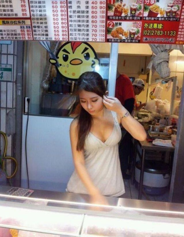 【エロ画像】台湾の屋台店員まんさん、売上のために乳見せすぎ問題wwwwwwwwwwwwww・20枚目