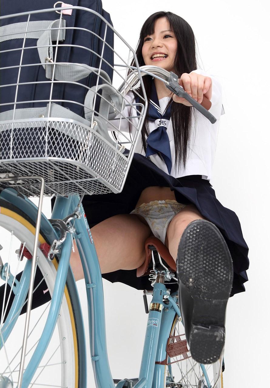 【画像】自転車に乗るJKの太ももをローアングルで覗いてみた画像を晒してくwwwwwwwwwwww・27枚目