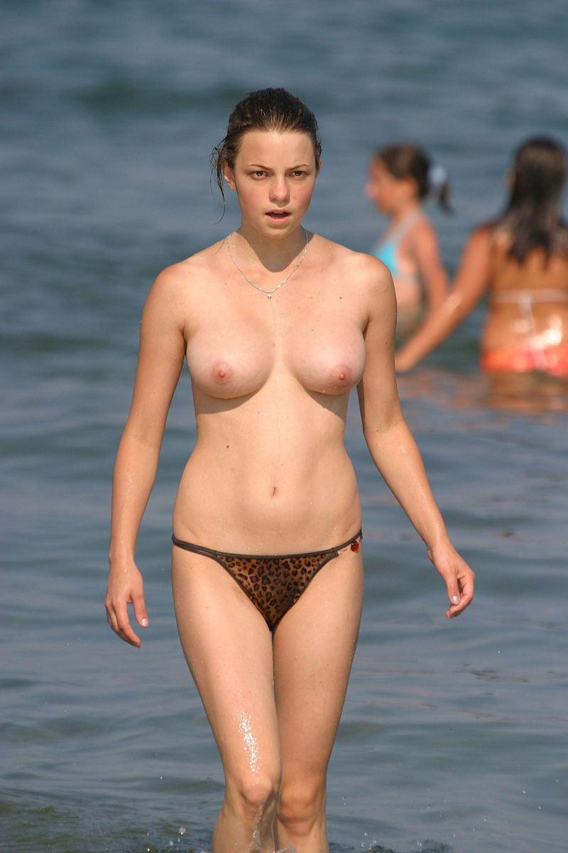 ヌーディストビーチで乳首勃起してる女の子が撮影される。36枚・31枚目