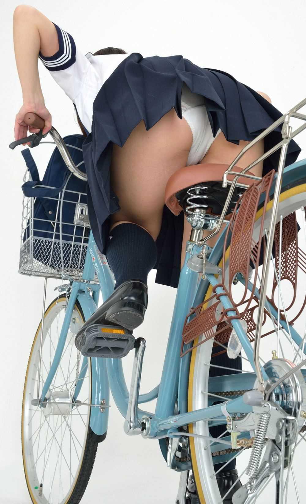 【画像】自転車に乗るJKの太ももをローアングルで覗いてみた画像を晒してくwwwwwwwwwwww・30枚目