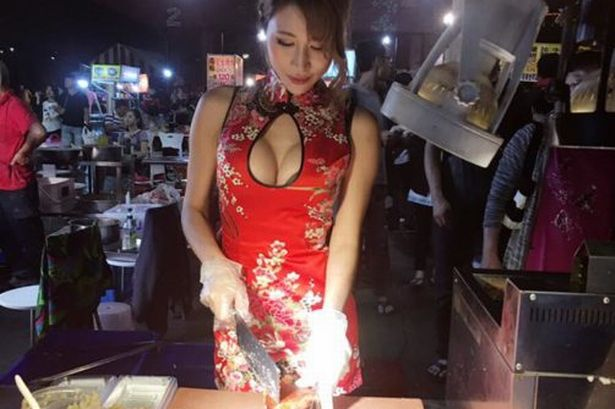 【エロ画像】台湾の屋台店員まんさん、売上のために乳見せすぎ問題wwwwwwwwwwwwww・33枚目