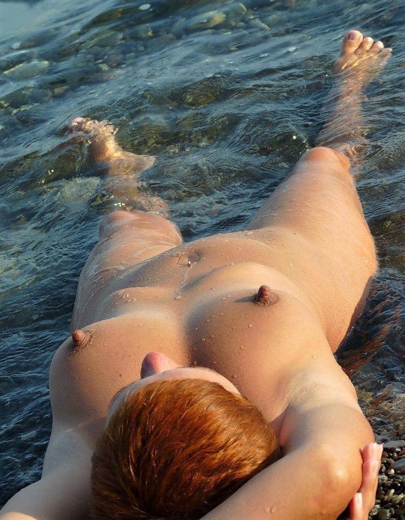 ヌーディストビーチで乳首勃起してる女の子が撮影される。36枚・36枚目