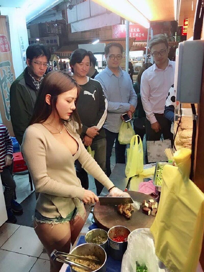 【エロ画像】台湾の屋台店員まんさん、売上のために乳見せすぎ問題wwwwwwwwwwwwww・4枚目