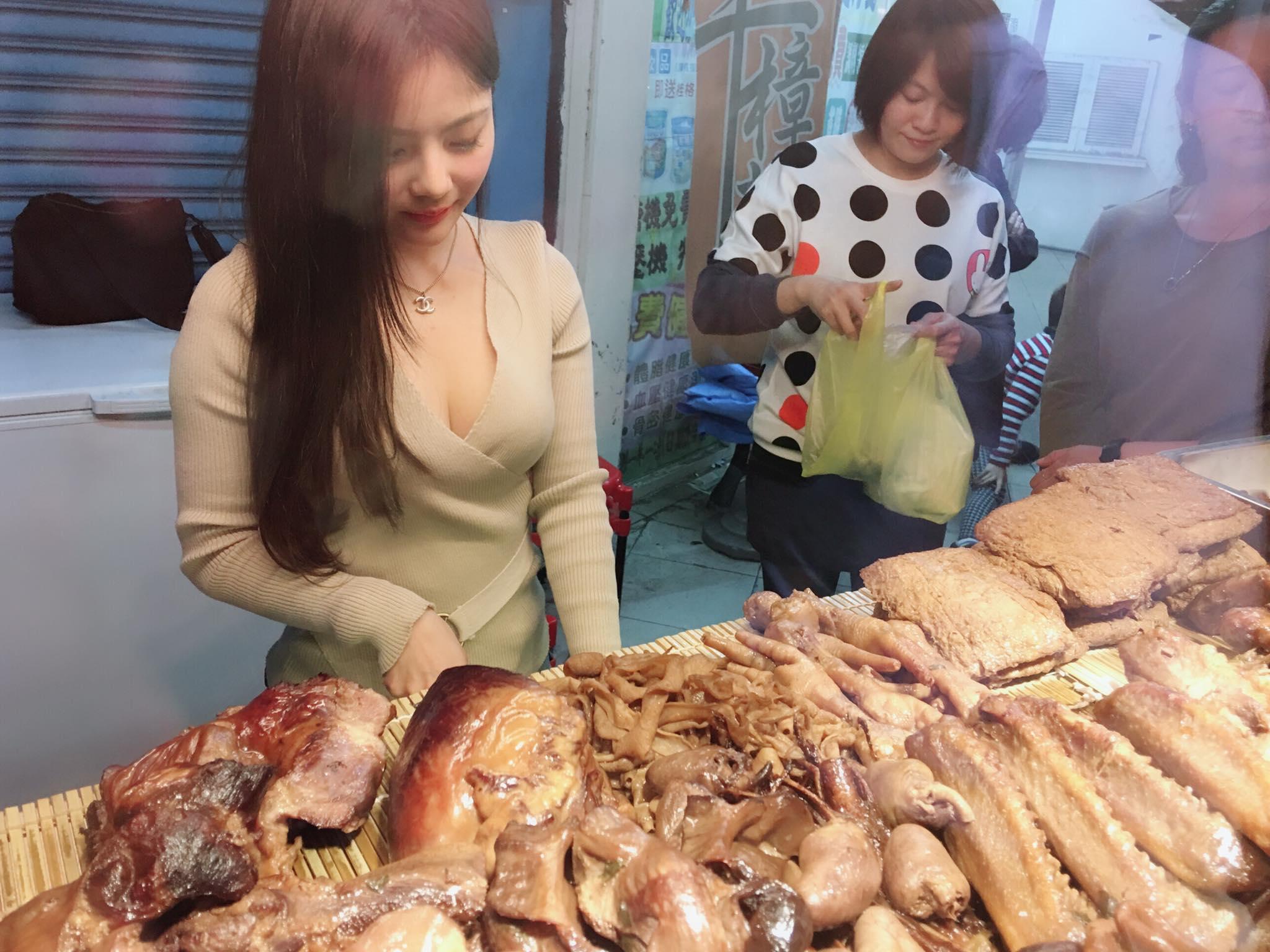 【エロ画像】台湾の屋台店員まんさん、売上のために乳見せすぎ問題wwwwwwwwwwwwww・6枚目