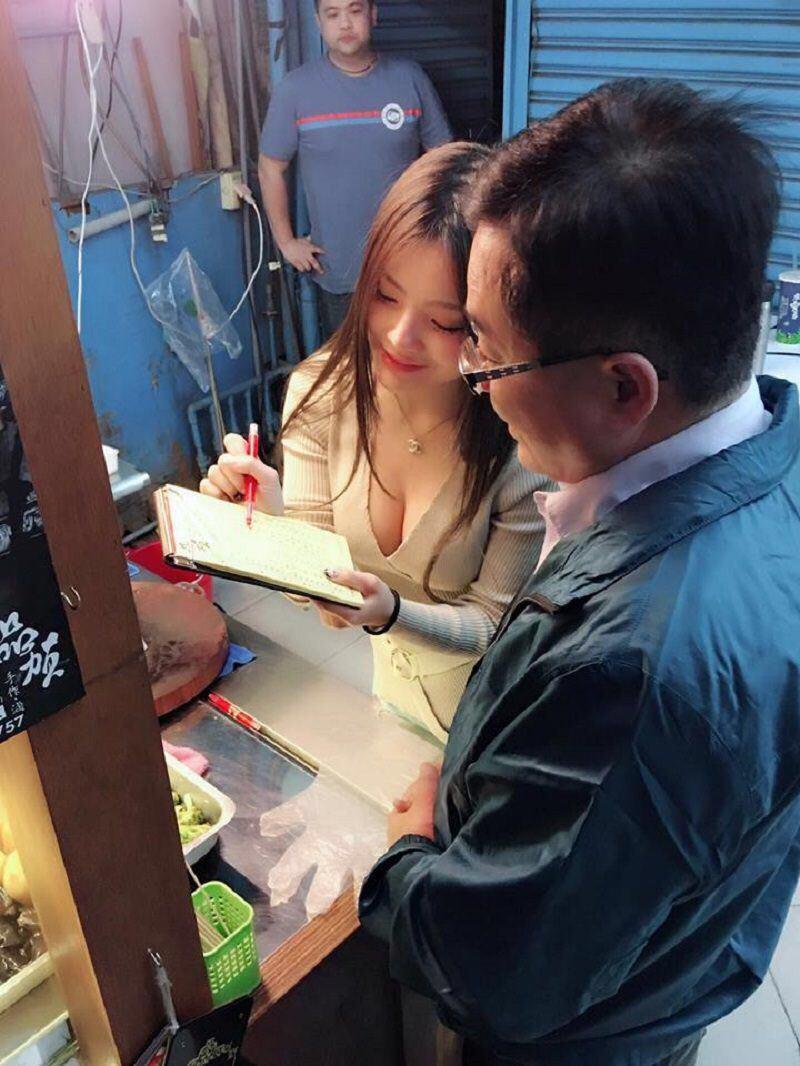 【エロ画像】台湾の屋台店員まんさん、売上のために乳見せすぎ問題wwwwwwwwwwwwww・7枚目