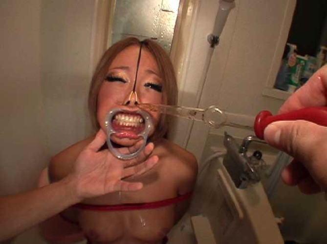 【鬼畜】開口器で広げらたままザーメンや尿を流し込まれてる上級者向けのSM画像集・17枚目