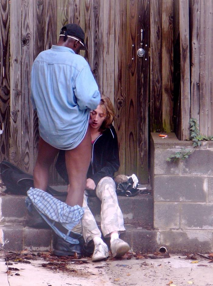 道端で全く動じることなく男に奉仕する売春婦をご覧くださいwwwwwwwwwwww(画像あり)・18枚目
