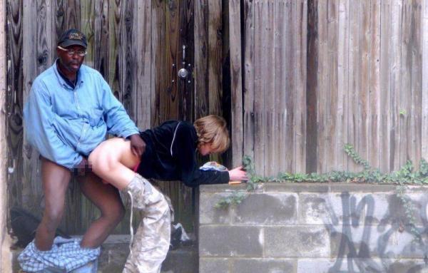 道端で全く動じることなく男に奉仕する売春婦をご覧くださいwwwwwwwwwwww(画像あり)・25枚目