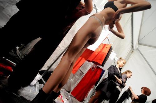 【巨乳あり】ファッションショーの裏側の様子をご覧くださいwwwwwwwwww(画像63枚)・29枚目