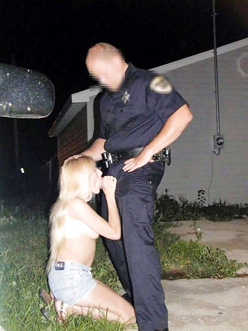 道端で全く動じることなく男に奉仕する売春婦をご覧くださいwwwwwwwwwwww(画像あり)・30枚目