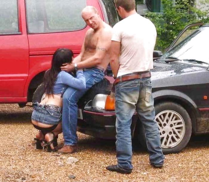 道端で全く動じることなく男に奉仕する売春婦をご覧くださいwwwwwwwwwwww(画像あり)・34枚目