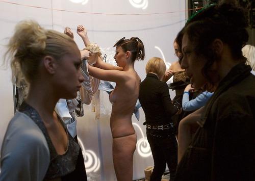 【巨乳あり】ファッションショーの裏側の様子をご覧くださいwwwwwwwwww(画像63枚)・34枚目