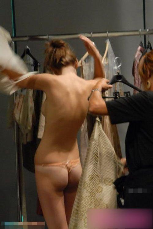 【巨乳あり】ファッションショーの裏側の様子をご覧くださいwwwwwwwwww(画像63枚)・4枚目