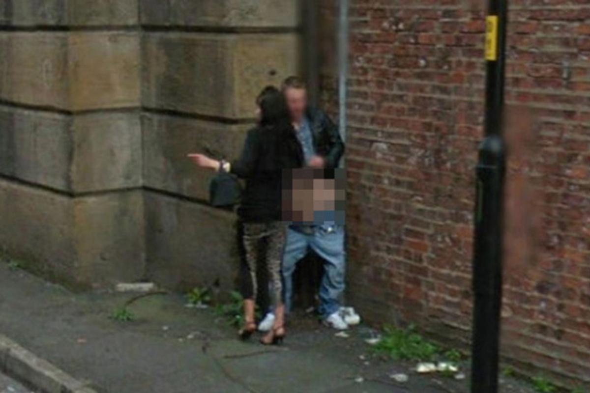 道端で全く動じることなく男に奉仕する売春婦をご覧くださいwwwwwwwwwwww(画像あり)・5枚目