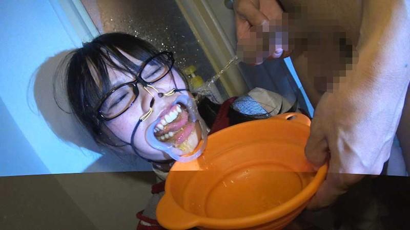 【鬼畜】開口器で広げらたままザーメンや尿を流し込まれてる上級者向けのSM画像集・5枚目