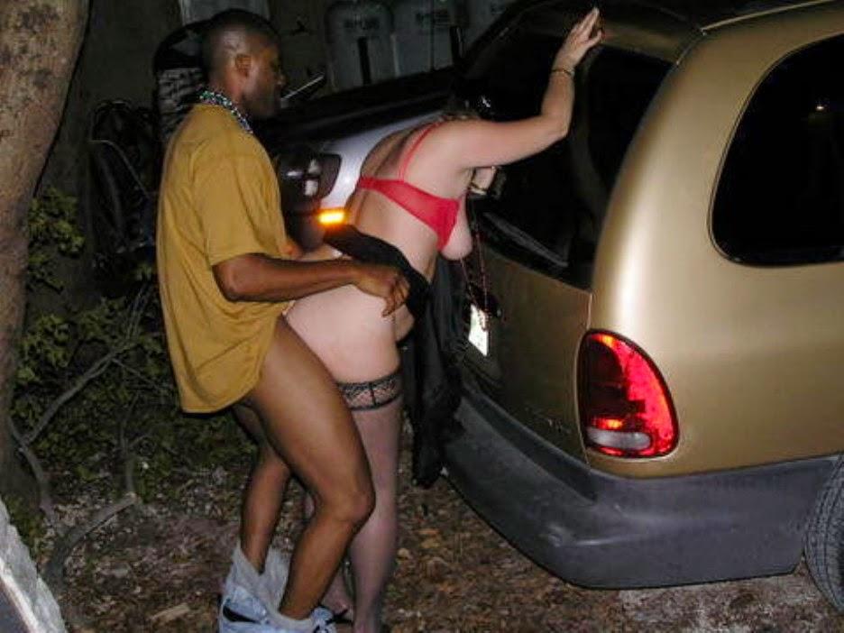 道端で全く動じることなく男に奉仕する売春婦をご覧くださいwwwwwwwwwwww(画像あり)・7枚目