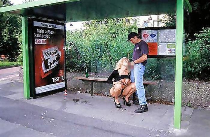道端で全く動じることなく男に奉仕する売春婦をご覧くださいwwwwwwwwwwww(画像あり)・9枚目