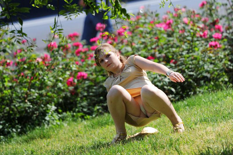海外では女の子がチラチラおまんこを見せつけてくるんだがwwwwwwwwww(※画像あり)・1枚目