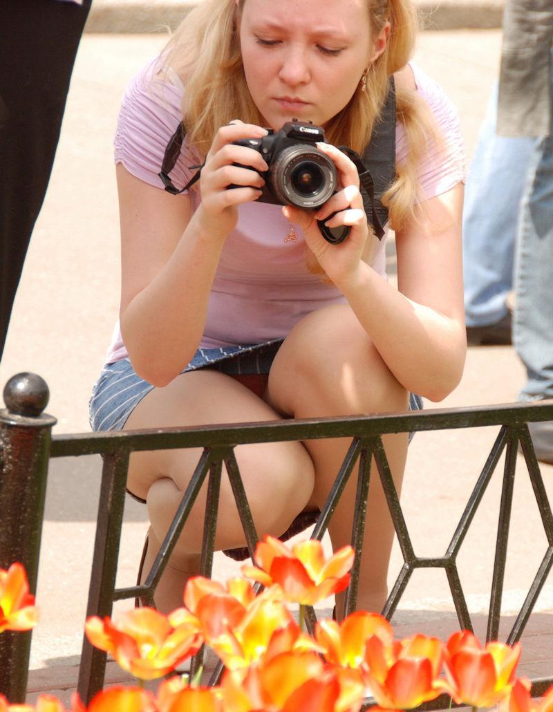 海外では女の子がチラチラおまんこを見せつけてくるんだがwwwwwwwwww(※画像あり)・11枚目
