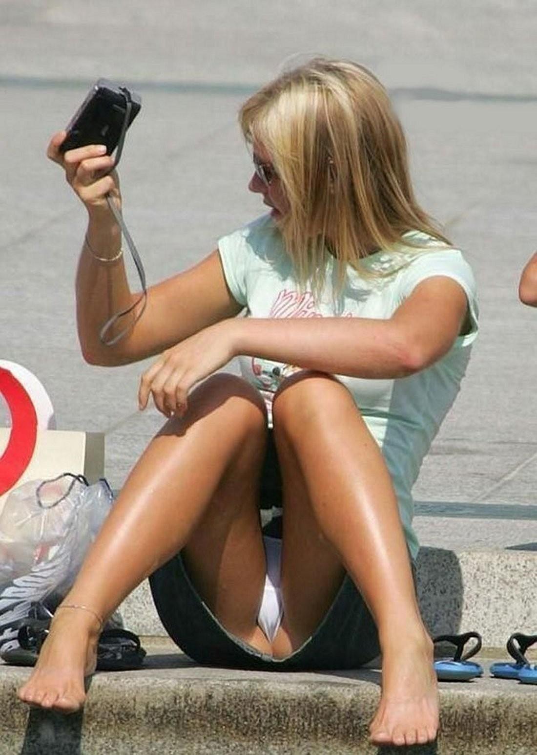 海外では女の子がチラチラおまんこを見せつけてくるんだがwwwwwwwwww(※画像あり)・12枚目