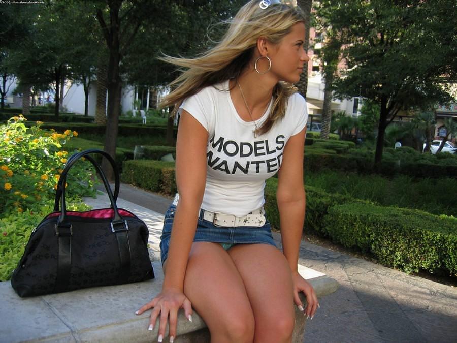 海外では女の子がチラチラおまんこを見せつけてくるんだがwwwwwwwwww(※画像あり)・14枚目