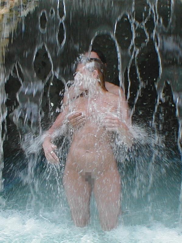 【※画像あり】全裸のまま滝行した女たち・・・これで修行とかワロタwwwwww・14枚目