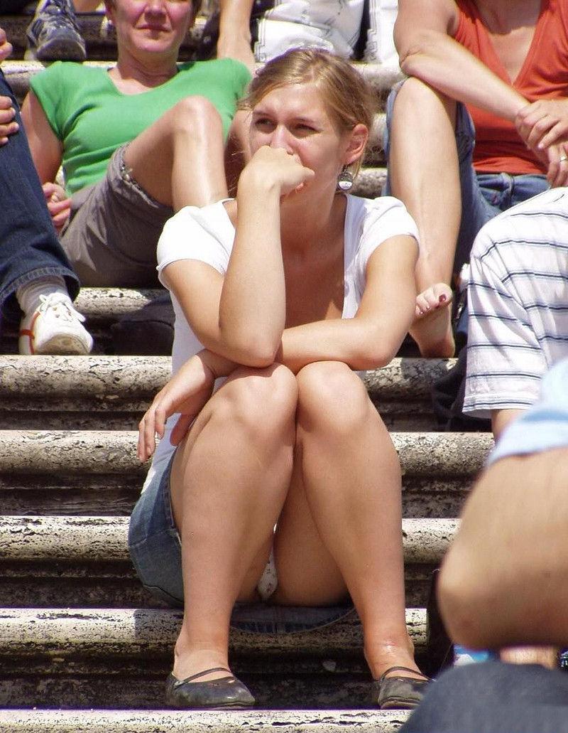 海外では女の子がチラチラおまんこを見せつけてくるんだがwwwwwwwwww(※画像あり)・17枚目