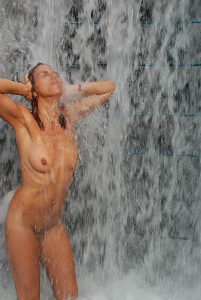 【※画像あり】全裸のまま滝行した女たち・・・これで修行とかワロタwwwwww・22枚目