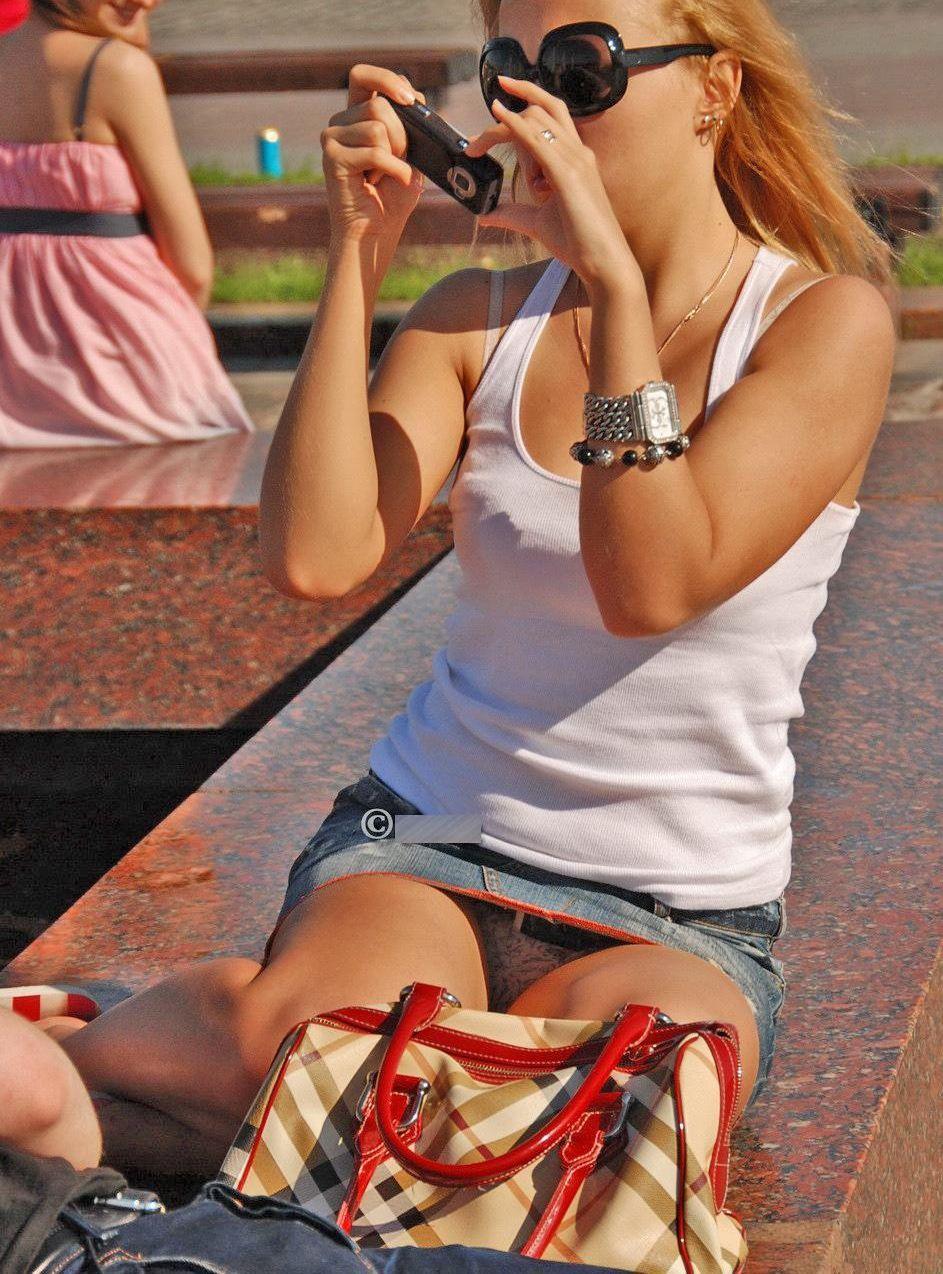 海外では女の子がチラチラおまんこを見せつけてくるんだがwwwwwwwwww(※画像あり)・24枚目