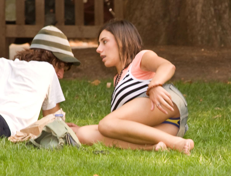 海外では女の子がチラチラおまんこを見せつけてくるんだがwwwwwwwwww(※画像あり)・28枚目