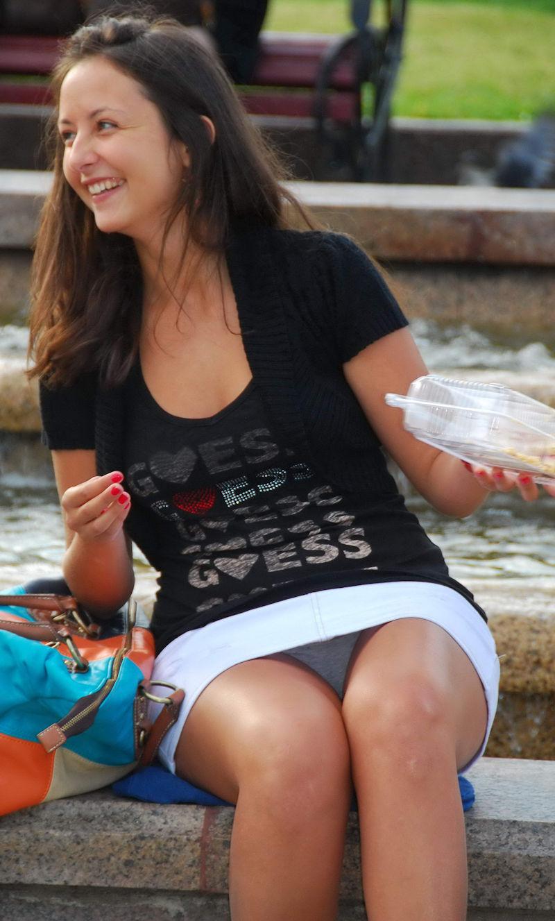 海外では女の子がチラチラおまんこを見せつけてくるんだがwwwwwwwwww(※画像あり)・29枚目