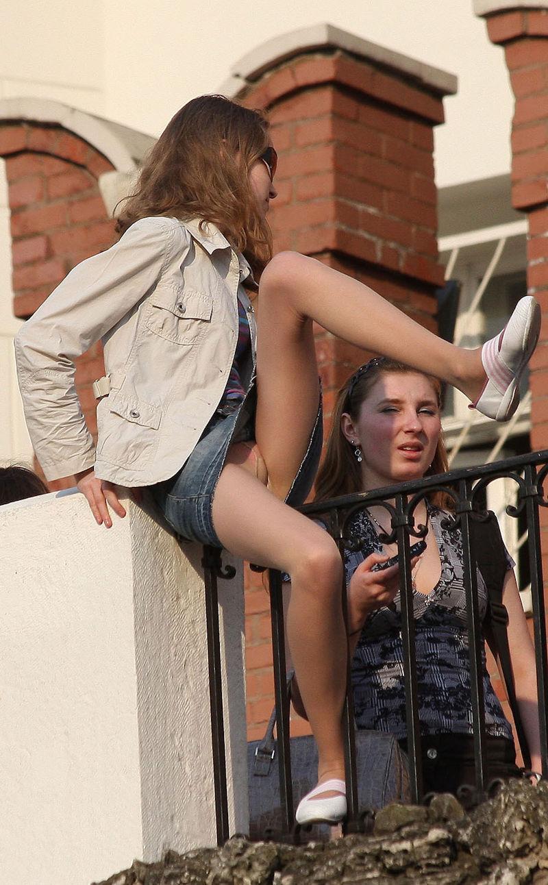 海外では女の子がチラチラおまんこを見せつけてくるんだがwwwwwwwwww(※画像あり)・3枚目
