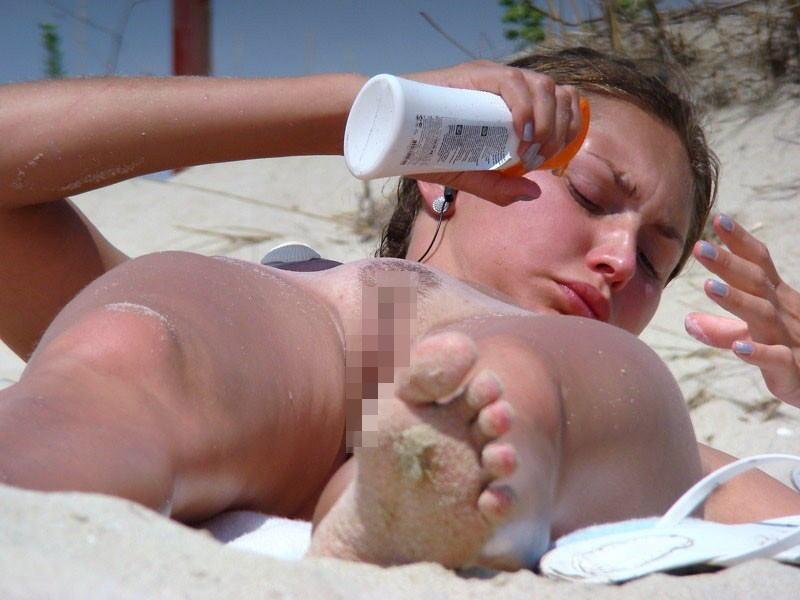 【勃起不可避】ヌーディストビーチでのこのアングル、見るに耐えないレベルwwwwwwwwww(画像あり)・32枚目