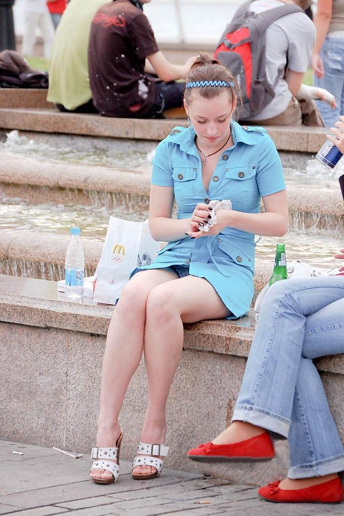 海外では女の子がチラチラおまんこを見せつけてくるんだがwwwwwwwwww(※画像あり)・37枚目
