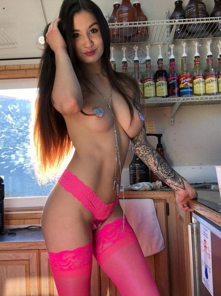 【画像あり】すぐに挿入可、ほぼ全裸の極小ビキニカフェの風景・・・クッソええ乳やなwwwwwww・39枚目